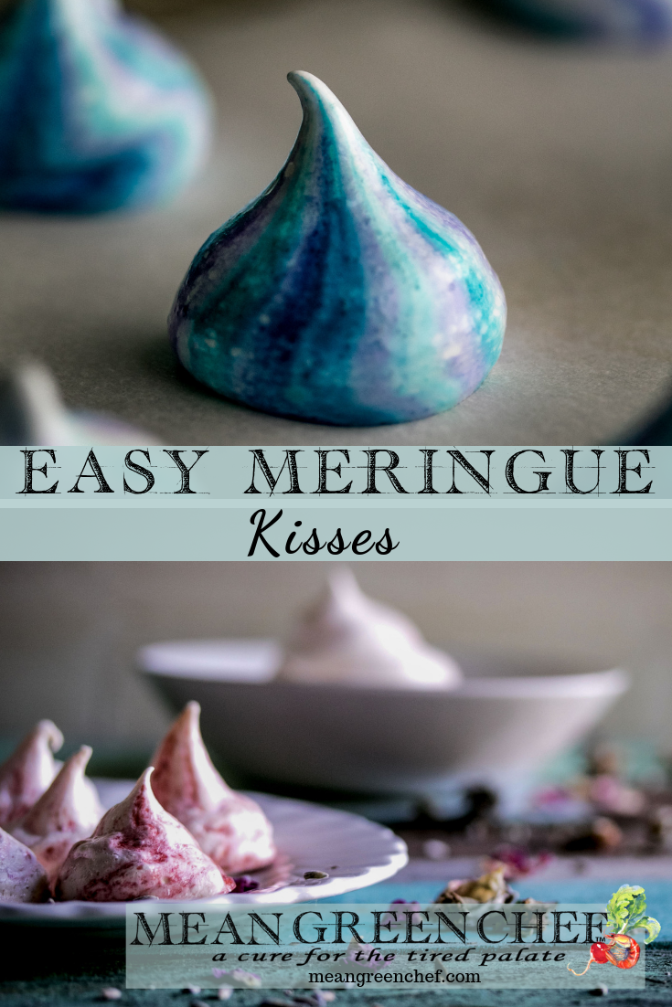 Meringue Kisses in Strawberry and Blueberry flavors, easy recipe.
